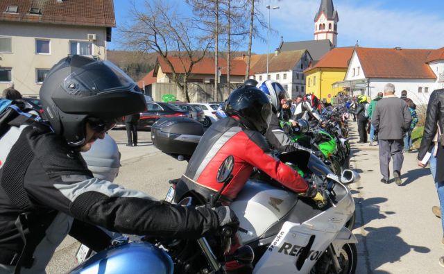 V Mirni Peči, znani po tradicionalnem zboru in blagoslovu motoristov, se je pri vložitvi kandidatur zelo zapletlo. FOTO: Bojan Rajšek/Delo