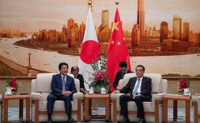 Tema pogovorov med japonskim in kitajskim premierom Šinzom Abejem (levo) in Li Keqiangom bodo boj proti protekcionizmu in varnostne razmere na Korejskem polotoku. FOTO: AFP