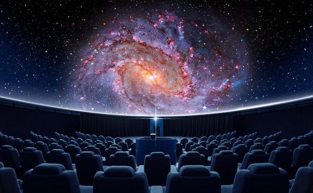 Digitalni planetarij obiskovalcem omogoča potovanje skozi vesolje, prejšnjo soboto pa so si obiskovalci lahko ogledali prvo predstavo v slovenskem jeziku. FOTO: Shutterstock