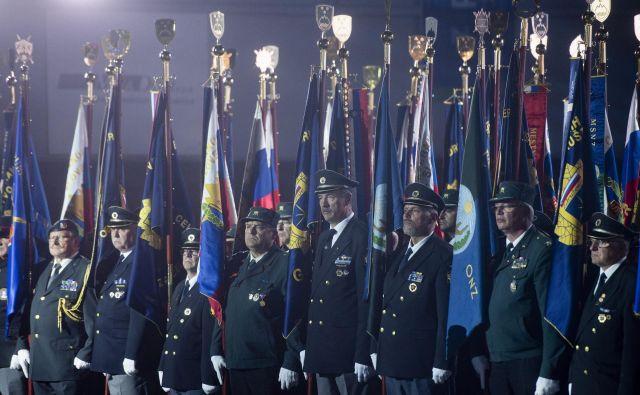 Praporščaki veteranskih združenj vojne za Slovenijo na proslavi ob dnevu suverenosti v celjski dvorani Golovec. FOTO: Bor Slana/STA