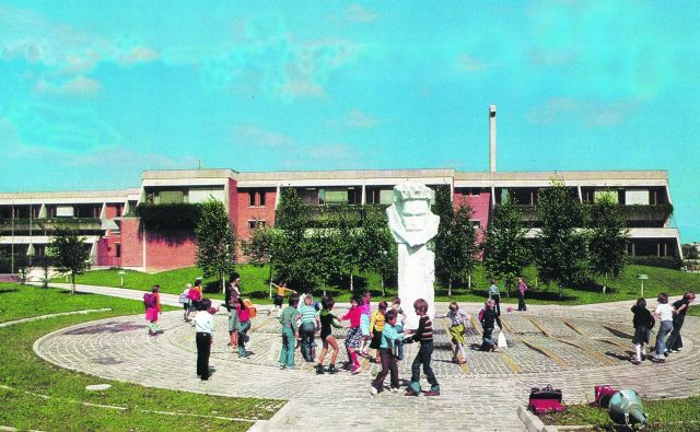 Ploščad pred Osnovno šolo Slavka Šlandra, danes II. osnovno šolo, ki jo je zasnoval Miran Polutnik, zgrajena je bila leta 1974. FOTO: Monografija Celja