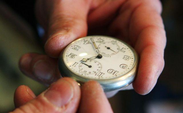 V neuradnih razpravah je tarča kritik evropska komisija, ki da je članicam s predlogom o koncu premikanja ure zgolj vrgla na mizo vroč kostanj. FOTO: Jože Suhadolnik