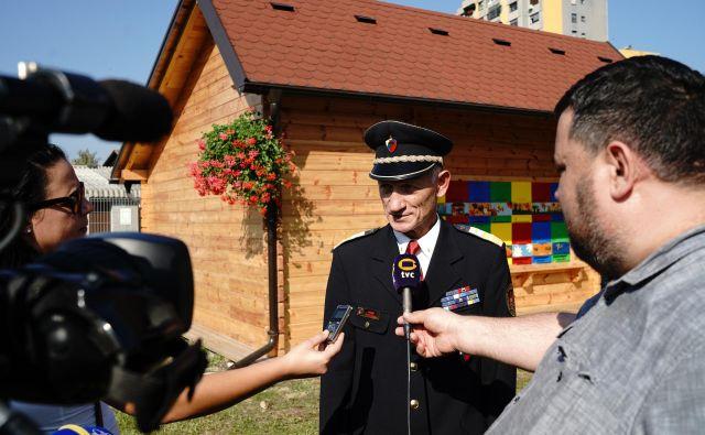 Janku Požežniku očitajo tudi to, da je novi gasilski čebelnjak (v ozadju) postavil za točno toliko denarja, da ni bilo treba objaviti javnega razpisa. FOTO: Gregor Katič