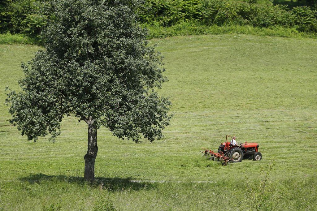 V nesreči s traktorjem umrl 63-letni moški