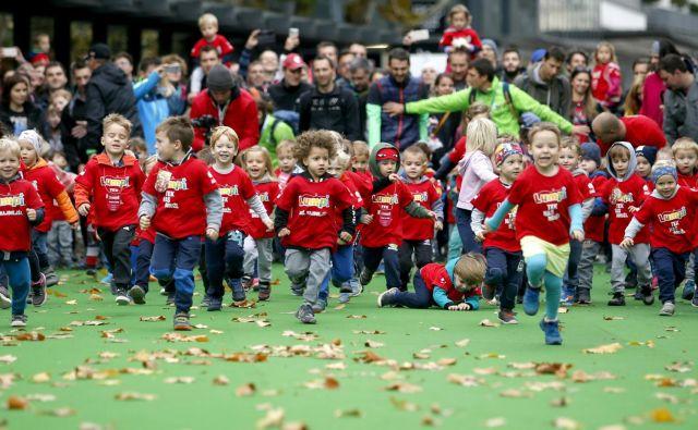 Najmlajši tekači so z Lumpi tekom odprli 23. Volkswagen Ljubljanski maraton. FOTO: Roman Šipić/Delo