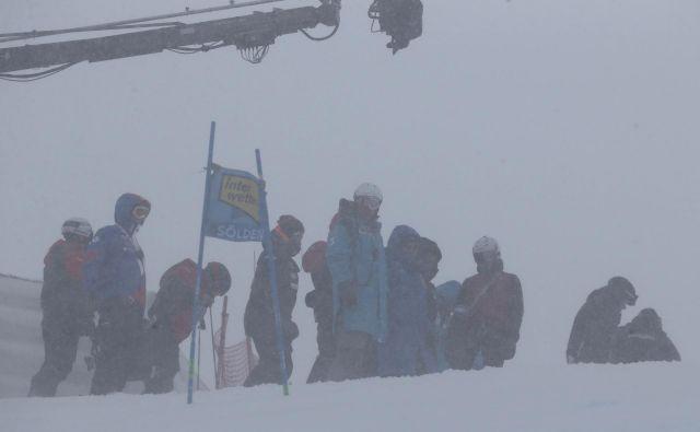 Narava je na ledeniku Rettenbach nad Söldnom že drugič zapored premagala prireditelje uvodnega moškega veleslaloma sezone.FOTO: Tomi Lombar/Delo