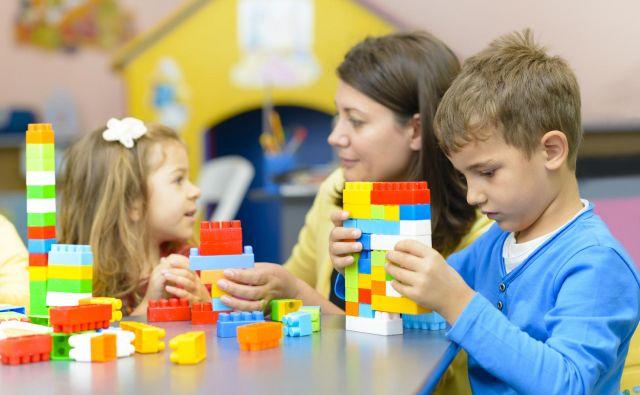 Določene raziskave kažejo, da starši, ki imajo nižjo izobrazbo, redkeje dajo otroke v vrtec, kar je posebno značilno za prvo starostno obdobje ter ko niso dejavni na trgu dela. Verjetno nekako prevlada pritisk okolice v smislu: če si doma, lahko paziš na otroka,« pravi Romana Zidar z Unicefa. FOTO:Getty Images/iStockphoto