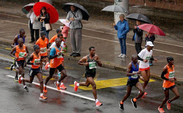 Sisay Lemma v prvik kilometrtih ljubljanskega maratona, ko je še tekel v skupini. FOTO: Matej Družnik