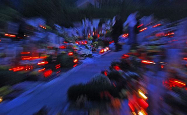 Pokopališča ob prvem novembru zasijejo. FOTO: Tomi Lombar/Delo