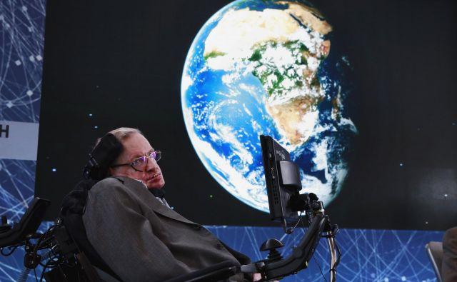 Stephen Hawking se je rodil na 300. obletnico smrti Galileja, umrl pa je na 139. obletnico rojstva Alberta Einsteina. Njegov pepel so položili ob grobu Isaaca Newtona, v bližini v westminstrski opatiji je tudi grob Charlesa Darwina.
