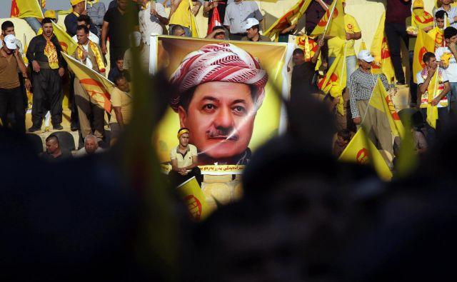 Boj za politično prevlado v iraškem Kurdistanu poteka med klanom voditelja Kurdske demokratične stranke (KDP) Masuda Barzanija (njegovi privrženci so na fotografiji) in konkurenčno Patriotsko zvezo Kurdistana. FOTO: AFP