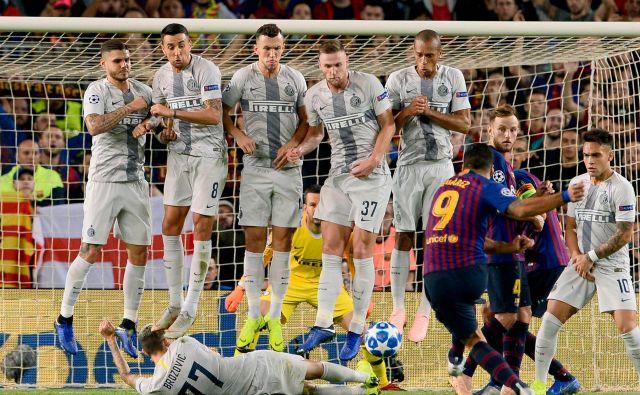 Na tekmi skupinskega dela Lige prvakov, na kateri sta se pomerili Barcelona in Inter, je ob prostem strelu Suareza na nenavaden vendar učinkovit način Brozović blokiral njegov strel po tleh. Barcelona je na stadionu Camp Nou suvereno zmagala z 2:0. Foto Josep Lago Afp