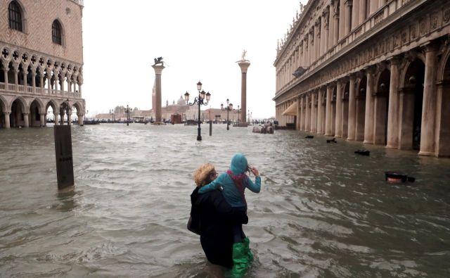 V Benetkah se je gladina morja v kratkem času dvignila na 156 centimetrov nad povprečjem. Bali so se, da bo poplava najhujša po tisti iz leta 1979, ko je morje naraslo za 166 centimetrov nad referenčno točko na Punti della Salute, a se je že začela spuščati. FOTO: Manuel Silvestri/Reuters