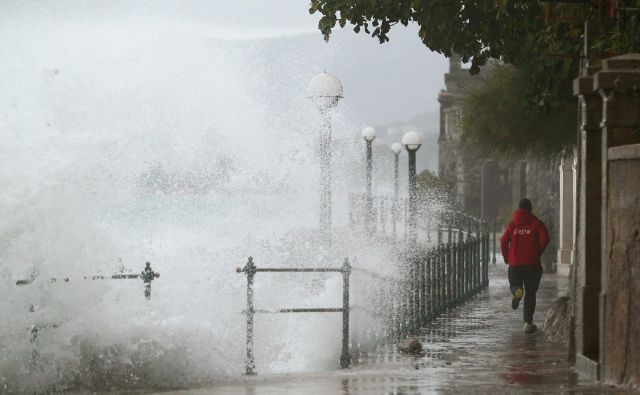 Valovi udarjajo v obalo v Voloskem. FOTO: Antonio Bronić/Reuters