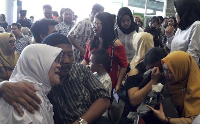 Užaloščeni sorodniki potnikov čakajo na novice. FOTO: Ap