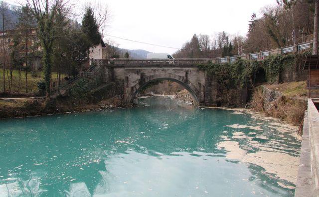 Most na Mostu na Soči bo imel še vsaj dve leti svojo staro podobo. FOTO: Blaž Močnik/Delo