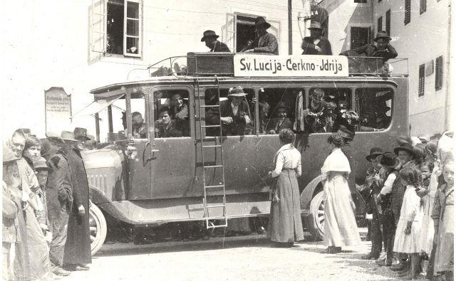 Začetek vojne je zaznamovala splošna mobilizacija oziroma odhod fantov in mož na fronto. Na fotografiji odhod cerkljanskih fantov. FOTO: Neznan