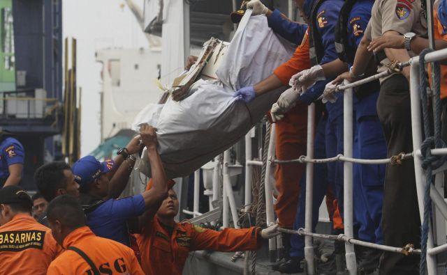 Reševalci iščejo ostanke letala. FOTO: Binsar Bakkara/Ap