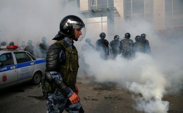 Oblasti so zaradi eksplozije okrepile varovanje v vseh javnih institucijah v Arhangelsku. Fotografija je simbolična. FOTO: Anton Vaganov/Reuters