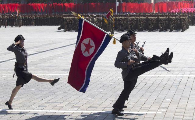 Severnokorejkeso pojasnile, da ženske nimajo druge izbire, kot da izpolnijo zahteve moških na različnih položajih. FOTO: Ng Han Guan/AP