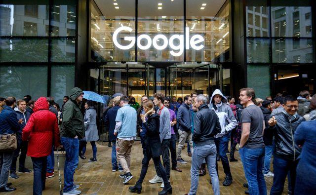 Zbiranje zaposlenih pred pisarno v Londonu. FOTO: AFP