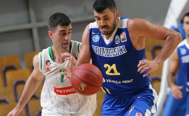 Marko Jagodić Kuridža (z žogo) se je na superpokalni tekmi z Olimpijo izkazal s 23 točkami in 7 skoki. FOTO: Tomi Lombar