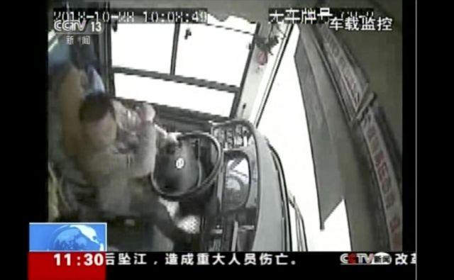 Potnica je bila jezna, ker ji voznik ustavil. Pretep se je sprevrgel v tragično nesrečo, ki je ni preživel nihče. FOTO: AP
