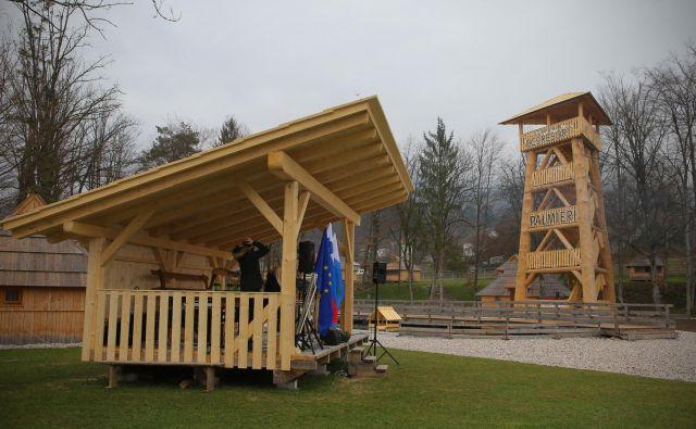 Tudi razgledni stolp je županski kandidat Zorman (SDS) postavil brez gradbenega dovoljenja. FOTO: Jože Suhadolnik/Delo