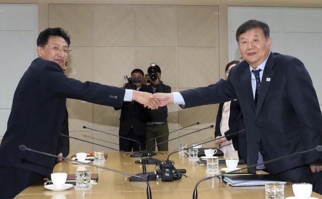 Olimpijska roka sodelovanja med obema Korejama. FOTO: Yonhap/AP