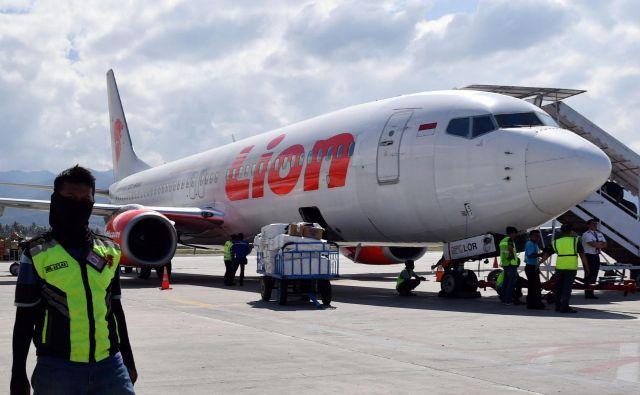 Letalo boeing-737 MAX 8 je samo nekaj minut po vzletu v indonezijski prestolnici Džakarta nenadoma začelo izgubljati višino in padlo v morje. FOTO: Adek Berry/AFP