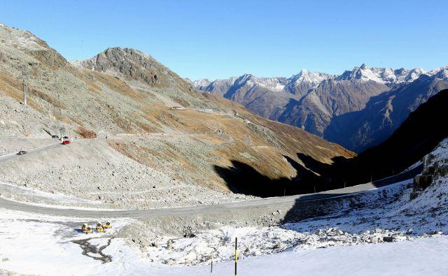 Pogled z ledenika Rettenbach nad Söldnom konec oktobra kaže gola pobočja. Narava se v letošnjem pripravljalnem obdobju ni izkazala. FOTO: Tomi Lombar/Delo