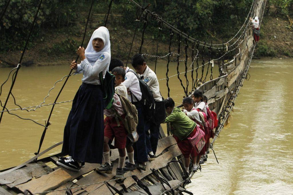 FOTO:Ekstremne prepreke na poti v šolo
