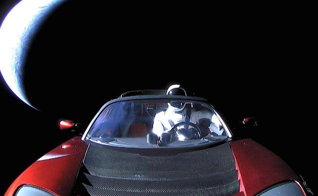 Starman še vedno potuje. FOTO: Spacex
