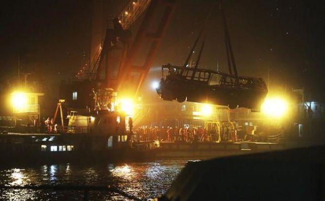 Avtobus so potegnili iz reke, a preživelih ni bilo. FOTO: Wang Quanchao/Xinhua via AP