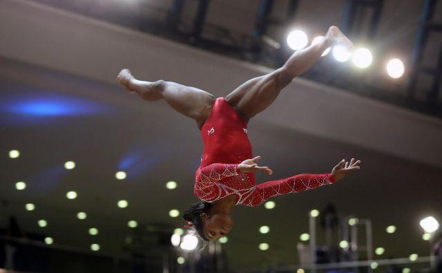 Simone Biles je v vsaki od šestih disciplin skočila na stopničke. FOTO: Karim Jaafar/AFP