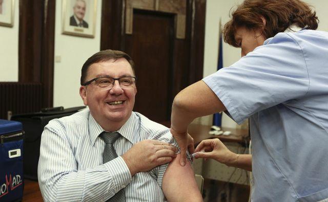 Proti gripi se je pred novinarji cepil tudi zdravstveni minister Samo Fakin. FOTO: Jože Suhadolnik/Delo