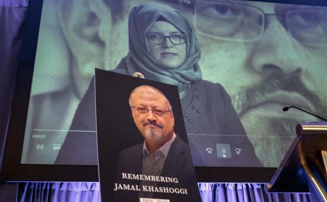 Džamal Hašodži je izginil pred dobrim mesecem dni, ko je na savdskem konzulatu urejal dokumente pred poroko s Hatice Cengiz (na fotografiji v ozadju). FOTO: J. Scott Applewhite/AP