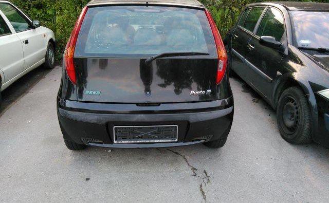 Zapuščena vozila so stalnica ljubljanskih parkirišč in zelenic. FOTO Pobude meščanov