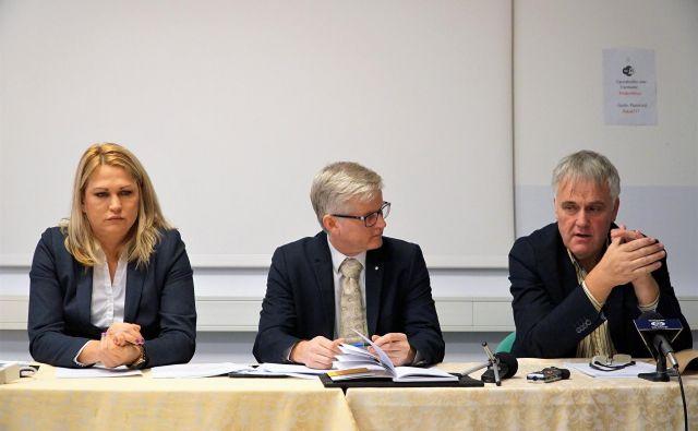 Predstavniki svetnikov, ki sklicujejo izredno sejo MS MO Velenje, so vsi tudi županski kandidati: Suzana Kavaš (SDS), Matej Jenko (samostojni svetnik kot kandidat Dobre države) in Mihael Letonje (SLS). FOTO: Brane Piano
