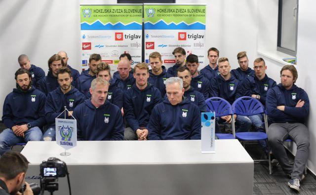 Slovenska hokejska reprezentanca se je sinoči zbrala na Jesenicah pod vodstvom novega selektorja Iva Jana (v ospredju, levo) in njegovega prvega sodelavca Mika Zettla.