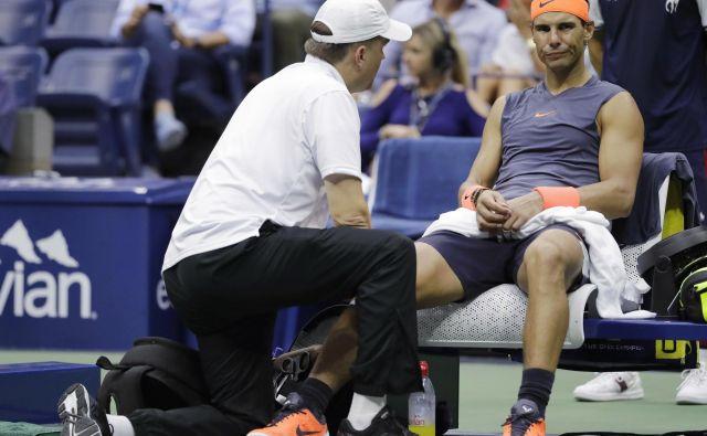 Za Rafaela Nadala je bil zadnji turnir v sezoni OP ZDA, kjer pa se je v polfinalu vdal zaradi poškodbe kolena. FOTO: AP