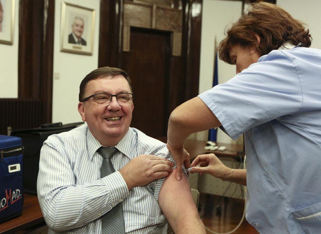 Cepljenje boli manj kot bolniška