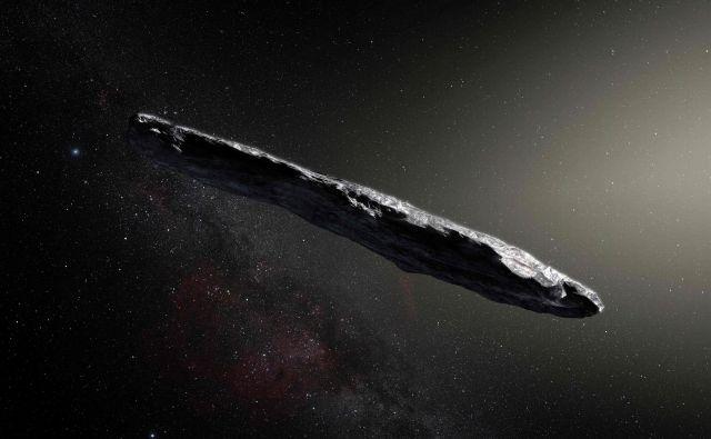 Umetniška upodobitev medzvezdnega kamna 'Oumuamua, ki so ga s havajskim teleskopomPan-STARRS 1 odkrili 19. oktobra 2017. Opazovanja so pokazala, da je šlo za temno rdeči zelo podolgovat kovinski ali kamniti objekt, dolg 400 metrov. Kamen ni bil podoben ničemur v Osončju. FOTO:European Southern Observatory/M. Kornmesser/AFP