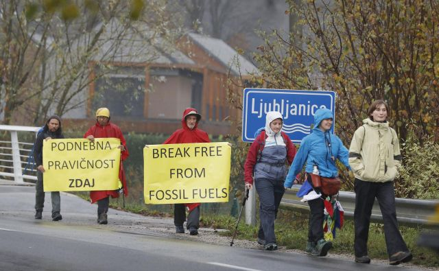Šesterica (večinoma katoliških) podnebnih aktivistov s Filipinov, ZDA in Irske na poti skozi deževno Ljubljansko barje. FOTO: Leon Vidic
