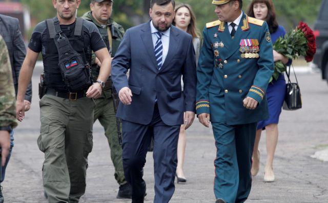 Vršilec dolžnosti voditelja samooklicane Doneške ljudske republike Denis Pušilin (na sredini) bo kmalu imel polna pooblastila. Foto Reuters