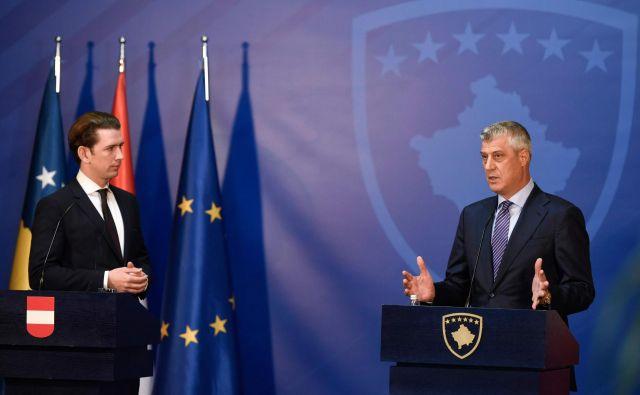 Kosovski predsednik Hashim Thaçi med novinarsko konferenco z avstrijskim kanclerjem Sebastianom Kurzem. Avstrija, tako kot druge evropske države, nasprotuje vsakršnim potezam Prištine ali Beograda, ki bi v regijo vnesle nemir. FOTO: Armend Nimani/AFP