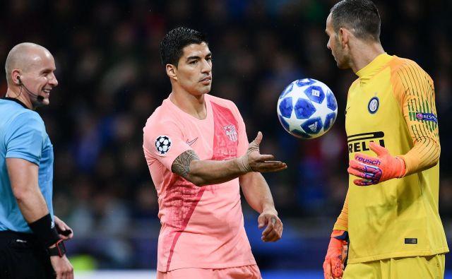 Urugvajski napadalec Luis Suarez (levo) ni mogel premagati Samirja Handanovića, čeprav je imel v prvem polčasu dve lepi priložnosti za gol.