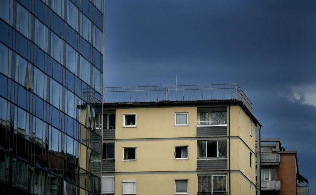 Nepremičnine verjetno ne bodo popolnoma odporne na dogajanje na delniškem trgu, a lahko vsekakor v določenih scenarijih vlagateljem prinesejo korist. FOTO: Roman �Šipić/Delo