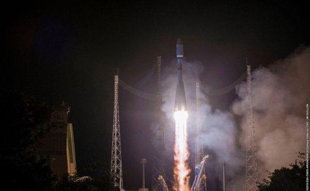 Sojuz je s štiri tone težkim satelitom poletel z vzletišča na Francoski Gvajani danes ob 1.47.FOTO: ESA-CNES-Arianespace