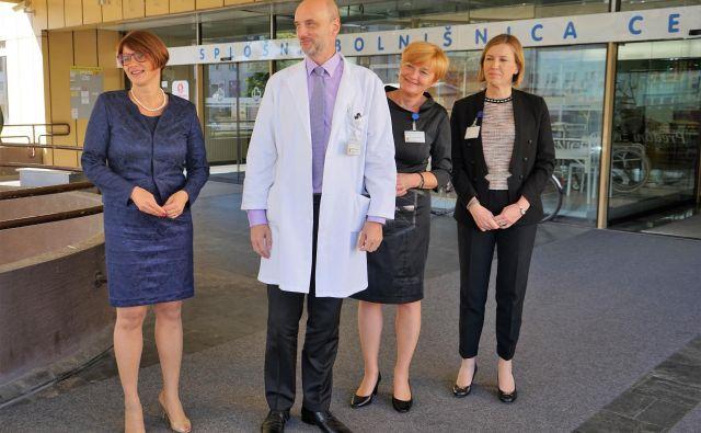 Margareta Guček Zakošek (skrajno levo), ki je s sodelavci pred kratkim sprejela ministra za zdravje Sama Fakina, vodi tretjo največjo bolnišnico v državi od februarja letos. Koliko časa še, bo odvisno od sodnih odločitev. FOTO: Brane Piano/Delo